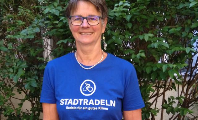 Gisela Witte im T-Shirt vom Stadtradeln