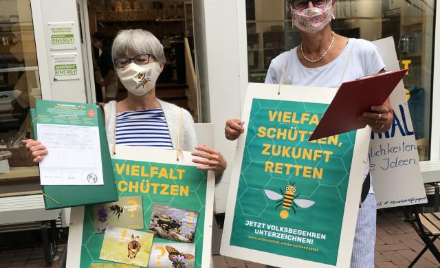 Aktivist*innen beim Sammeln von Unterschriften für das Volksbgehren Artenvielfalt! Jetzt. auf der Lister Meile